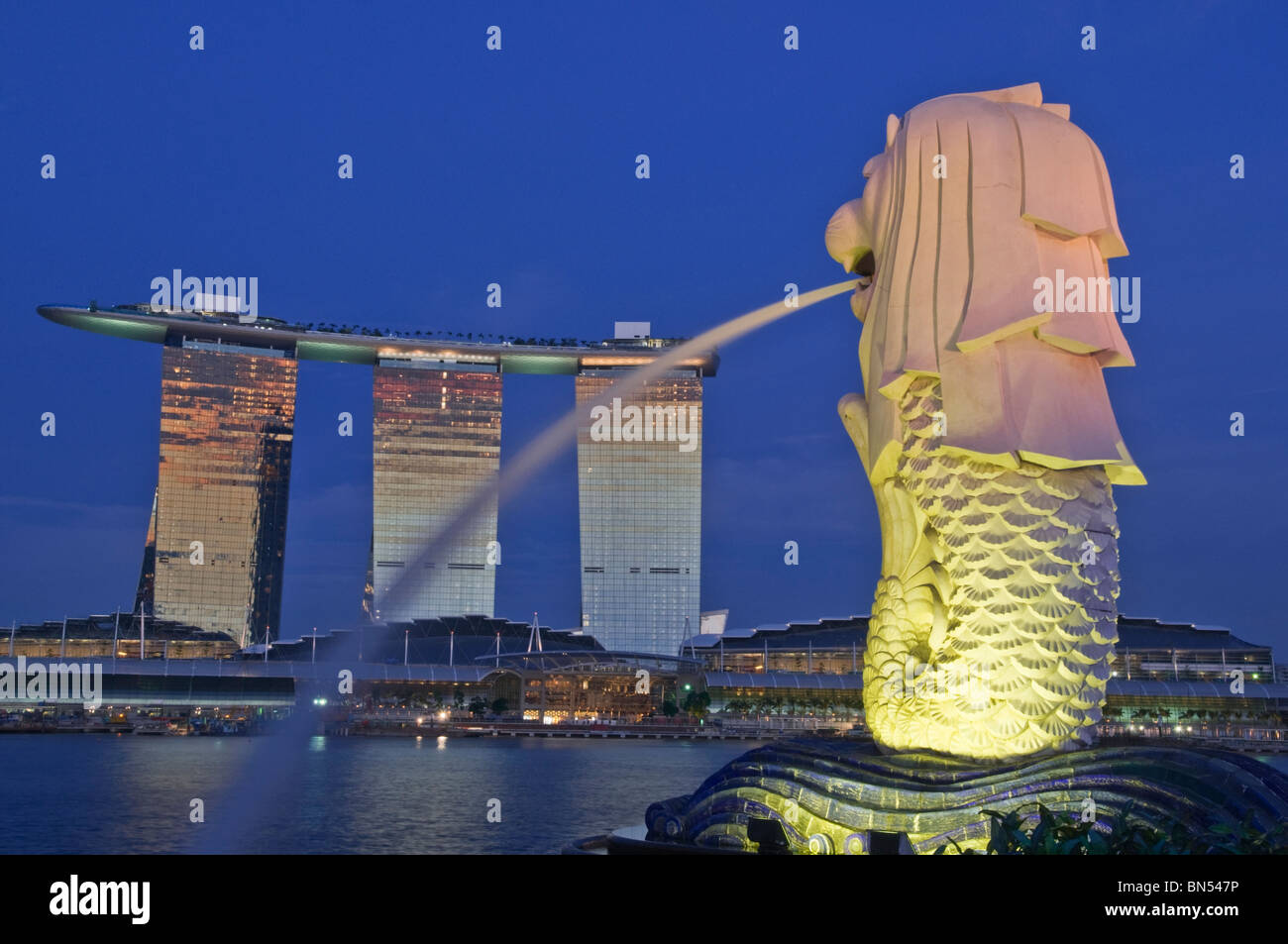 Merlion et complexe Marina Bay Sands Singapore Photo Stock