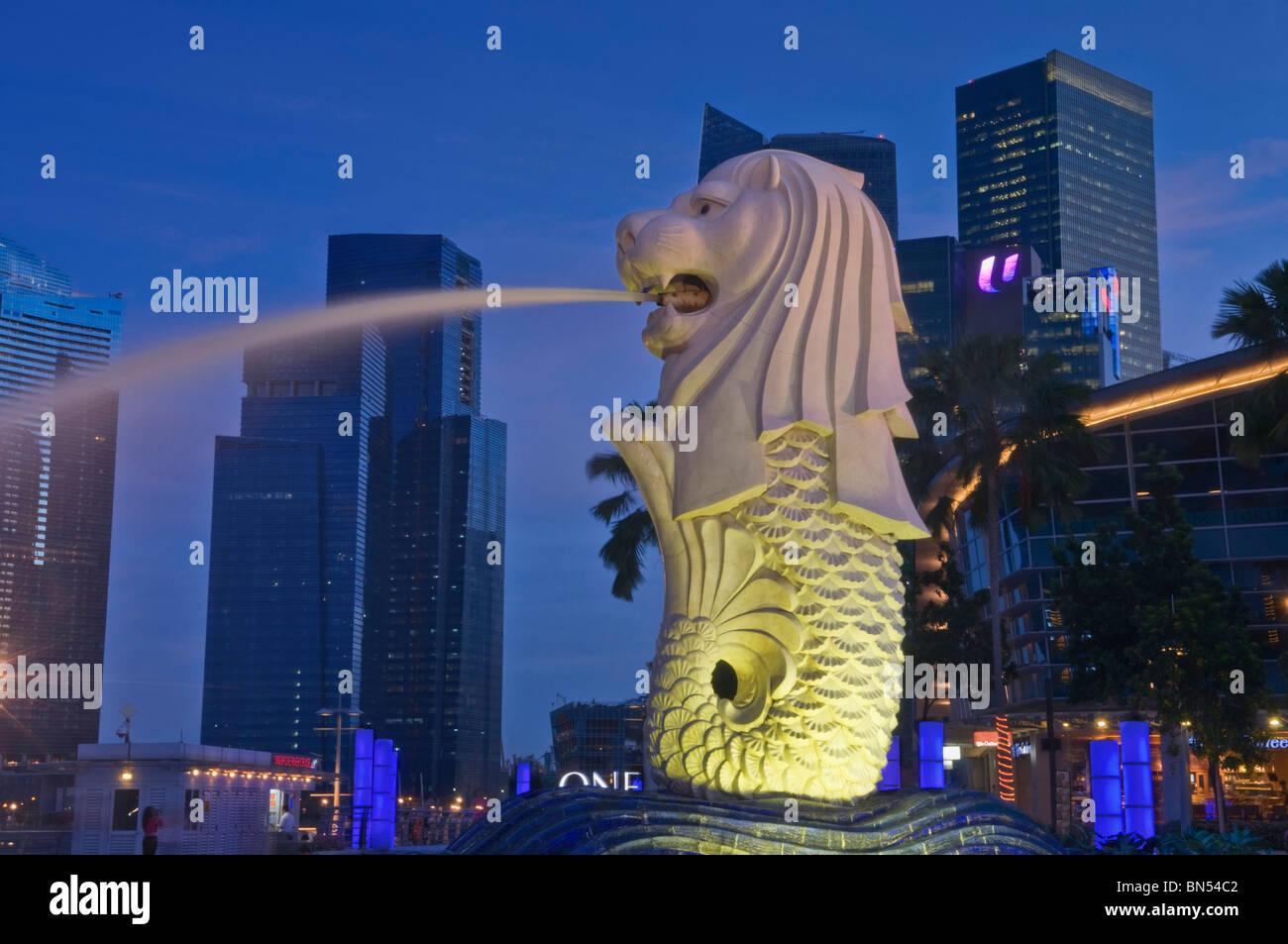 Statue du Merlion et le quartier des affaires, Singapour Banque D'Images