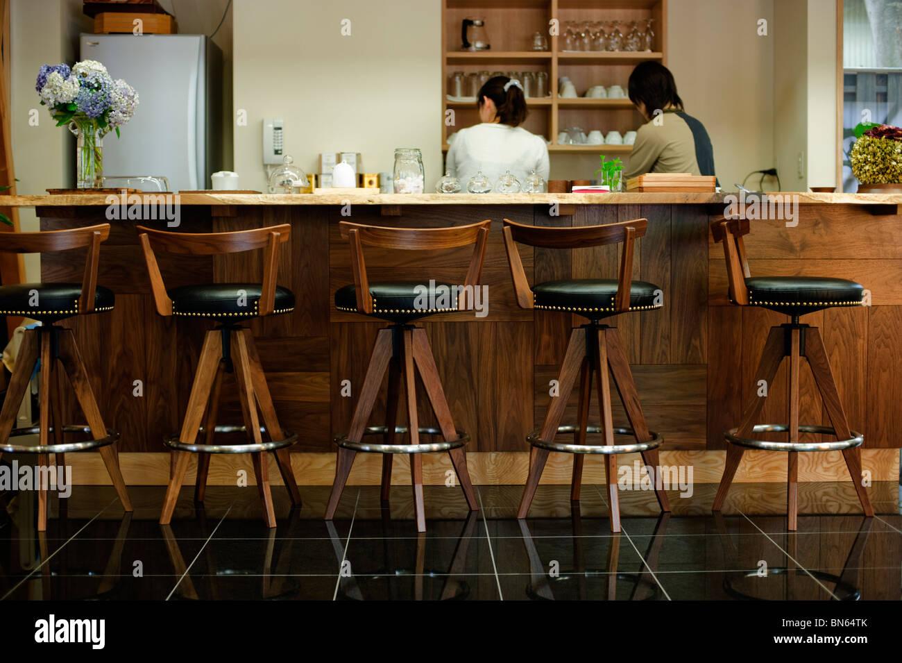 Tabourets De Bar Au Café à La George Nakashima Gallery à Takamatsu