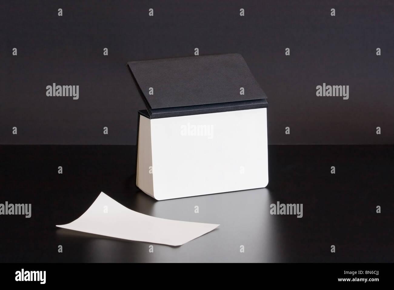 Calendrier de bureau noir avec une feuille blanche Photo Stock