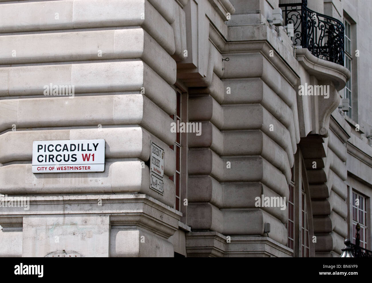 Une plaque de rue sur le mur d'un bâtiment à Picadilly Circus à Londres. Photo Stock