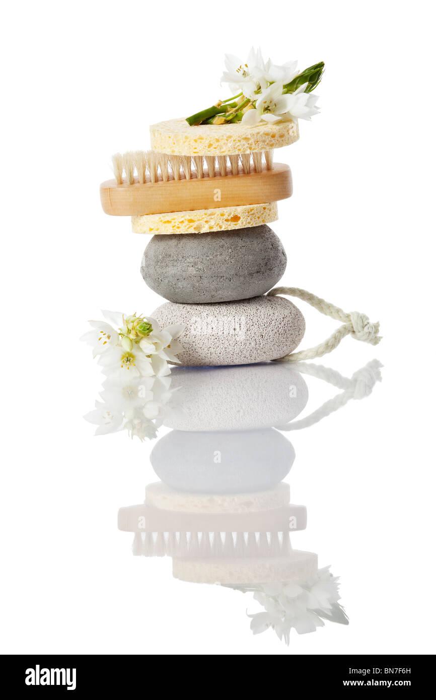 Une pile avec brosse pierre ponce, éponge fleur avec une réflexion avec Banque D'Images