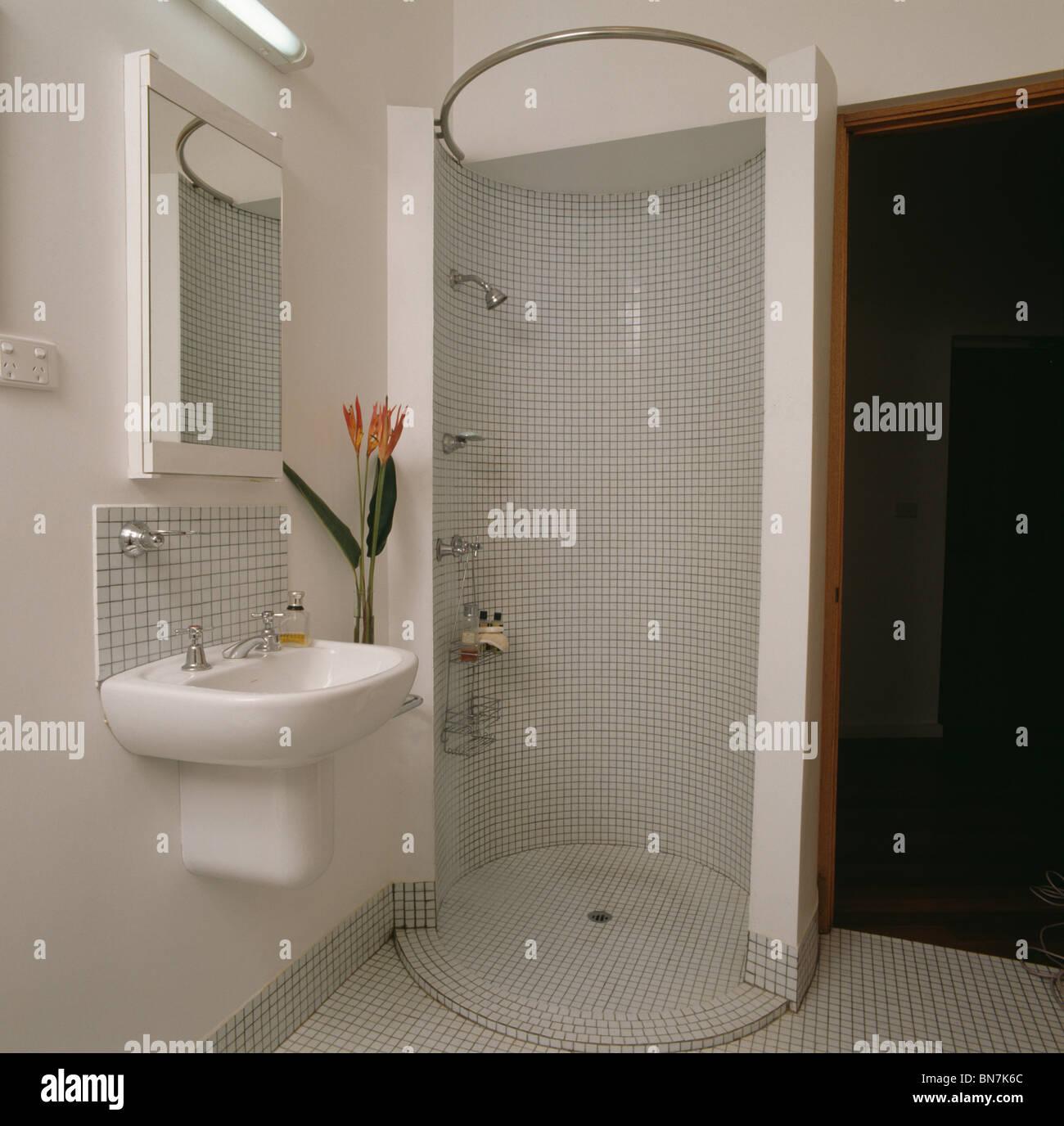 Carrelage mosaïque walk-in douche circulaire cabinet en blanc ...