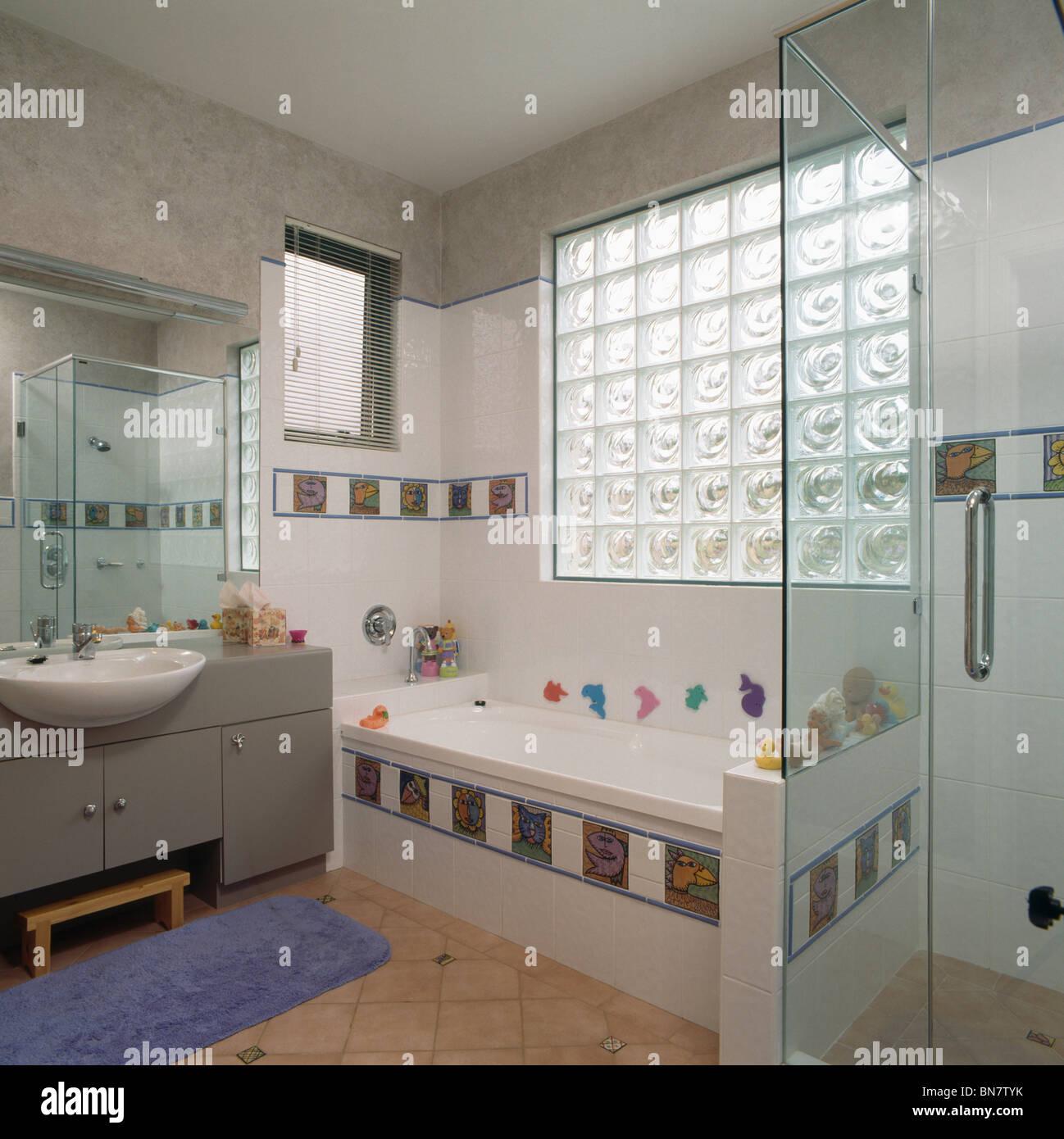 Salle De Bain Famille brique de verre fenêtre au-dessus de baignoire avec