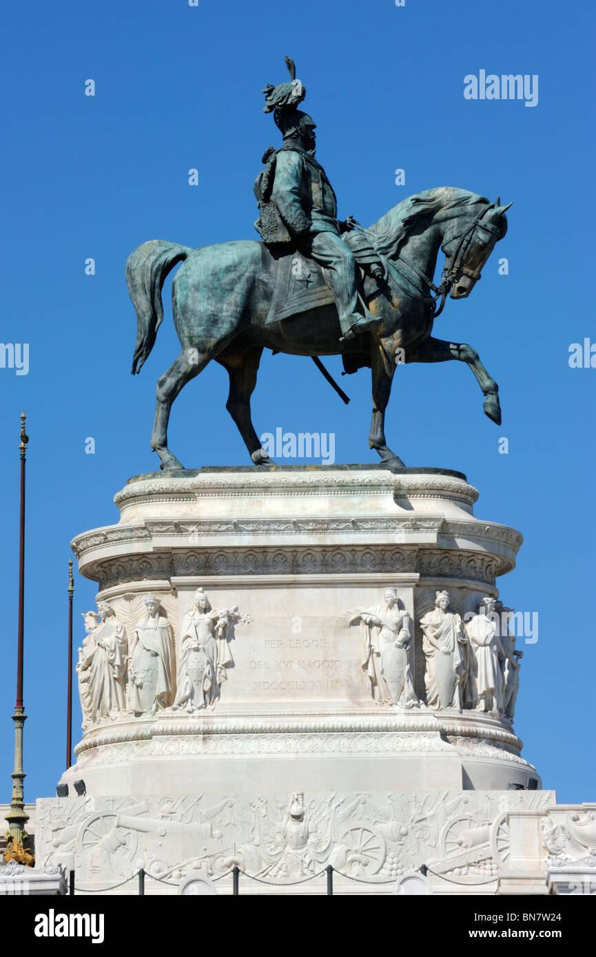 Une statue équestre de Victor Eammanuel II avec vue sur Rome depuis le monument Photo Stock