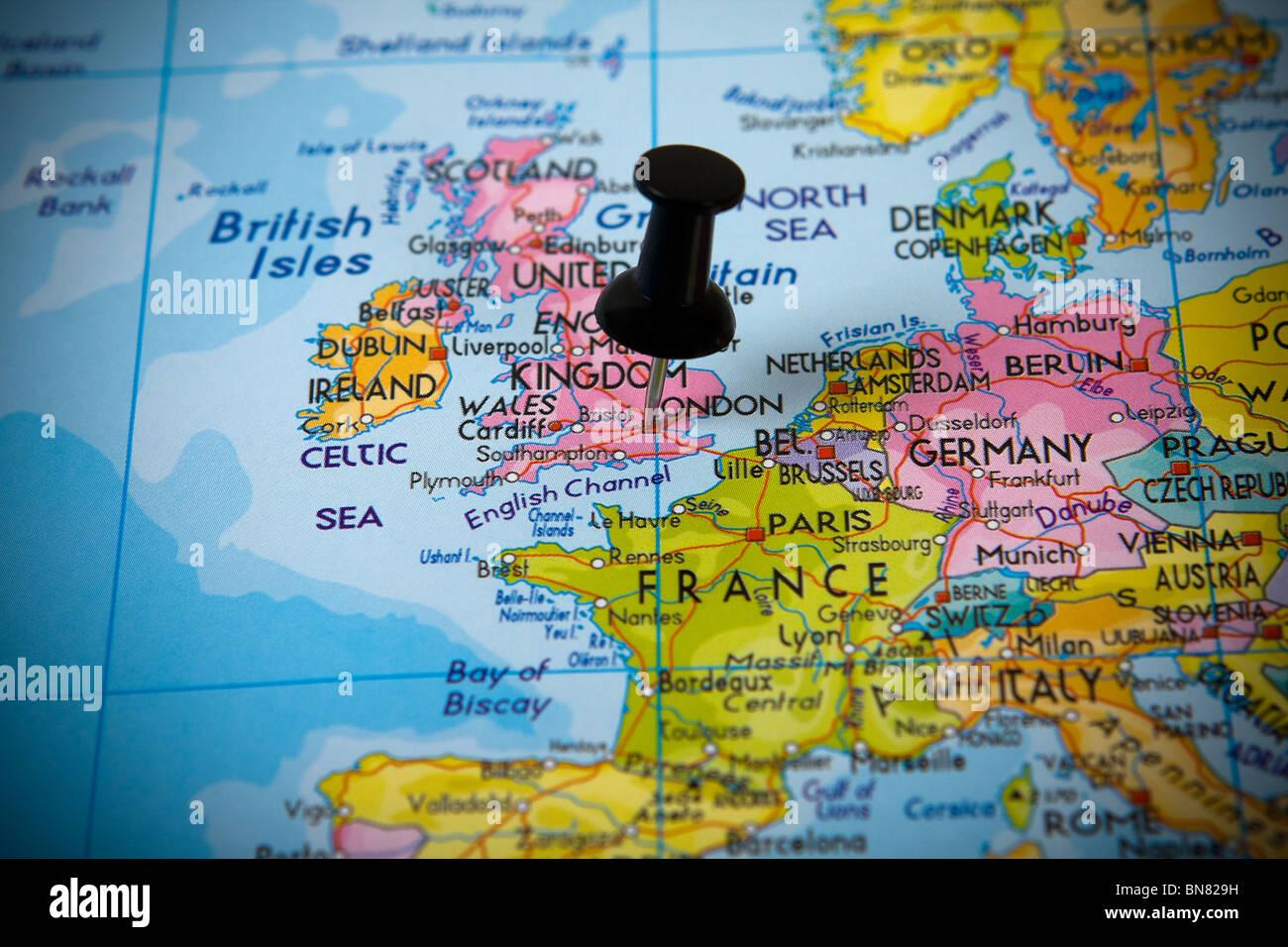 Petite broche pointant sur Londres (UK) dans une carte de l'Europe