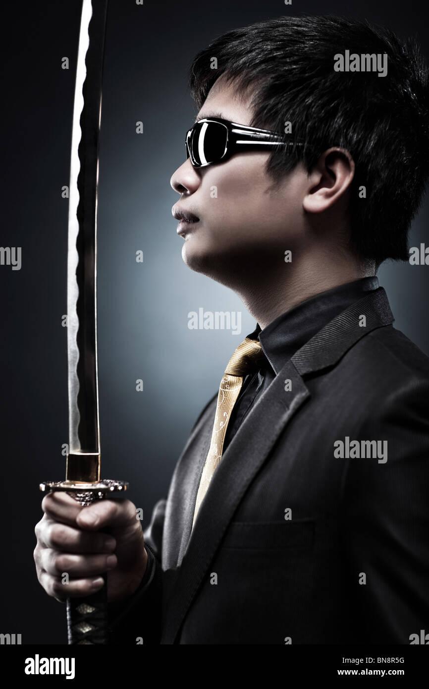 Avec l'épée samouraï japonais cool fashion. Photo Stock