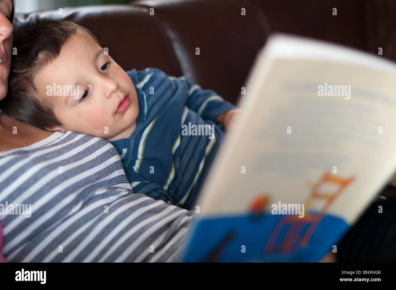 Lecture de la mère à l'enfant histoires Photo Stock