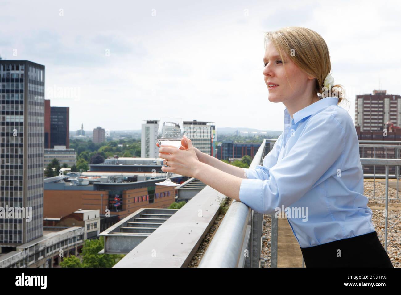 Les femmes à la recherche sur la ville de son appartement à Birmingham. Photo Stock