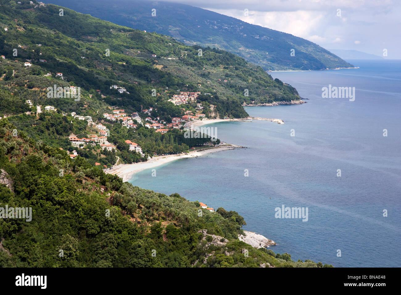 Côte de la mer Égée orientale de la péninsule de Pelion Damouchari ci-dessus montrant les plages de Papa Nero et Banque D'Images