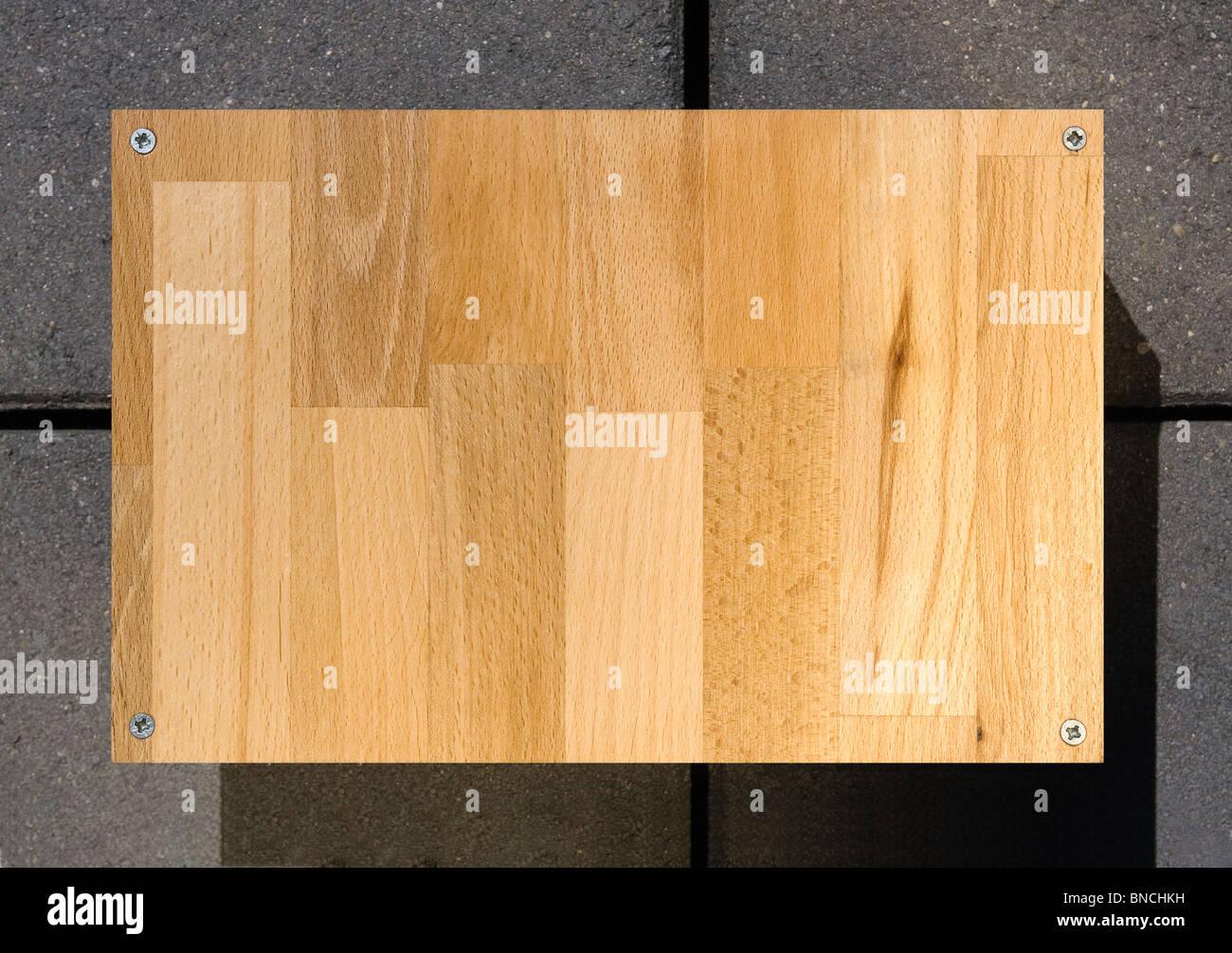 Bois Blanc signe avec quatre vis du conseil Photo Stock