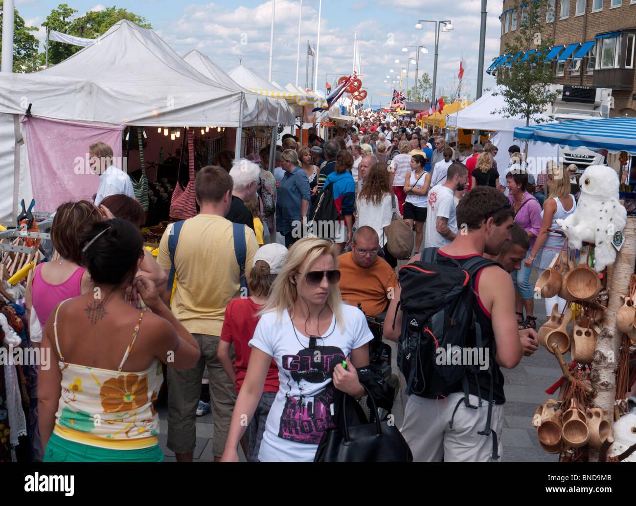 Vue sur rue animée au cours du marché international food festival à Jonkoping en Suède Photo Stock