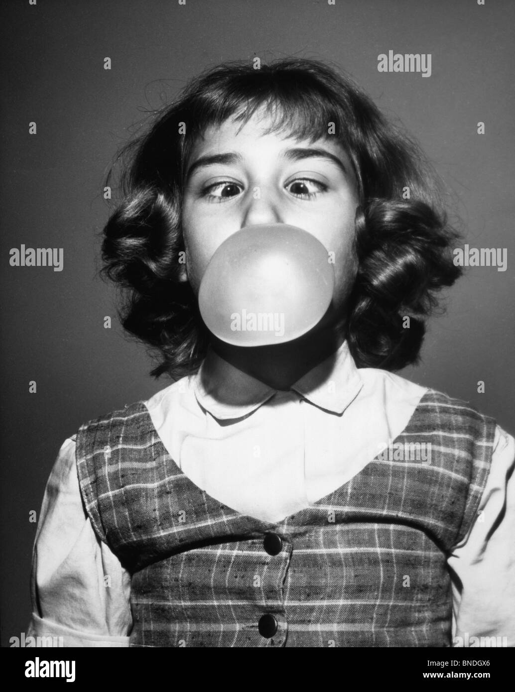 Close-up of a Girl blowing une bulle Banque D'Images