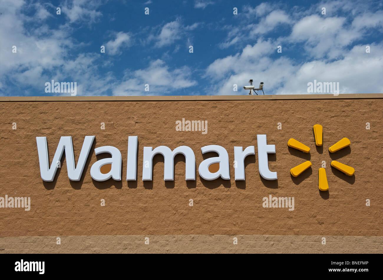 Pancarte et le logo d'une chaîne de magasins Walmart Banque D'Images