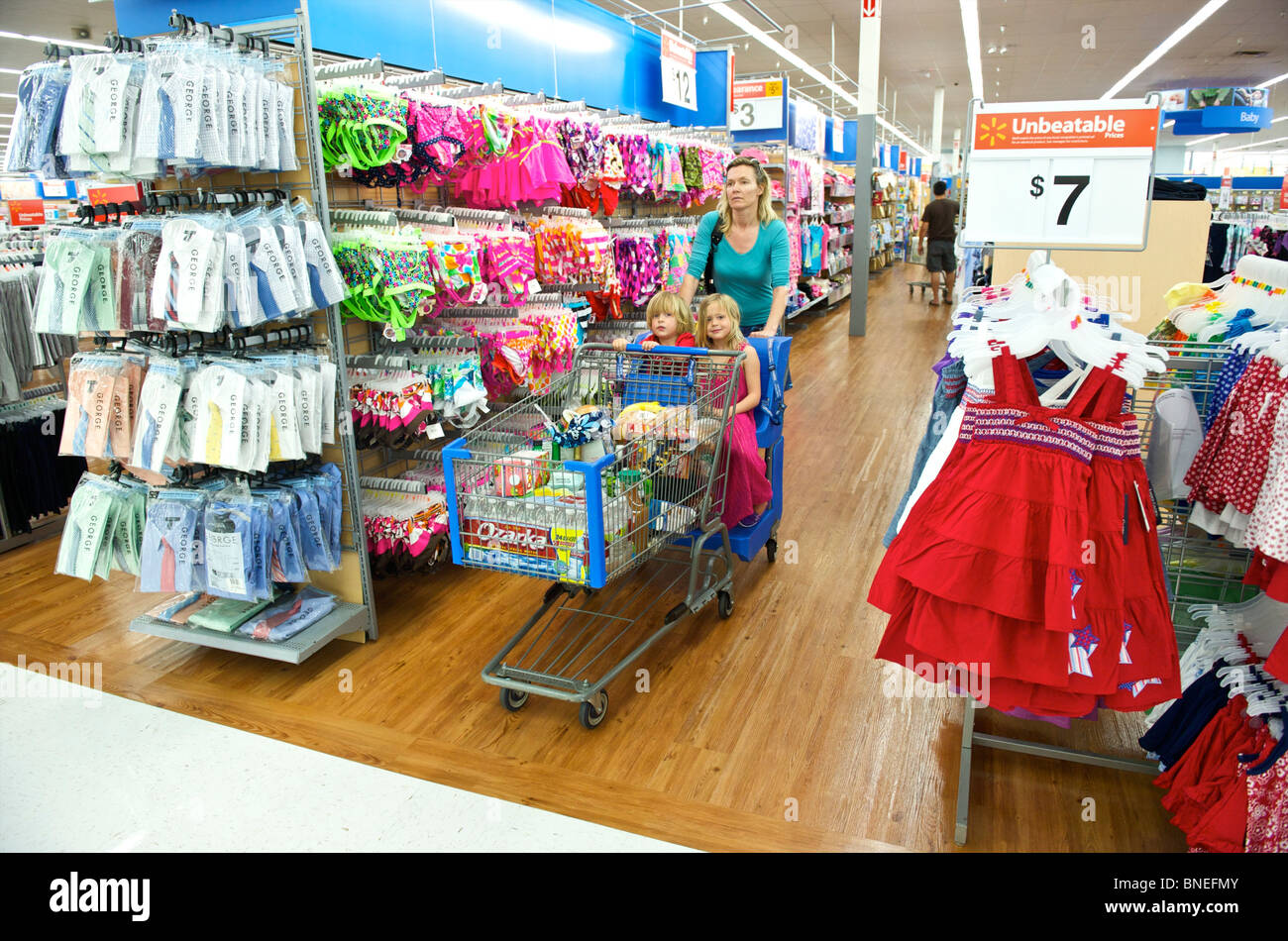 Woman shopping avec ses enfants dans le magasin dans le Texas, USA Banque D'Images