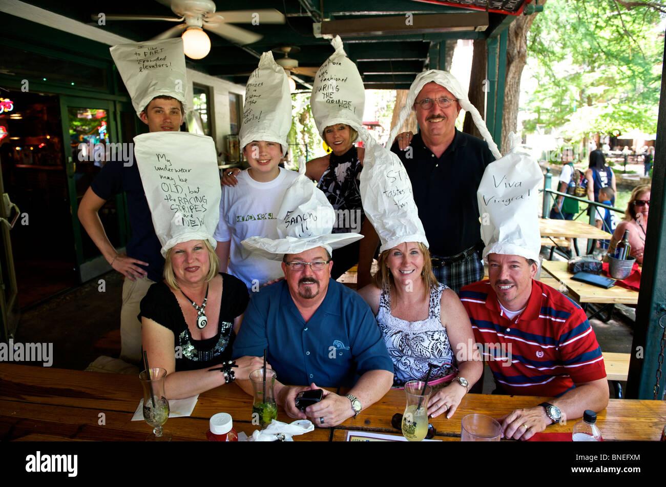Famille étrange posant pour l'appareil photo à un anniversaire à la River Walk, San Antonio, Texas, États-Unis Banque D'Images