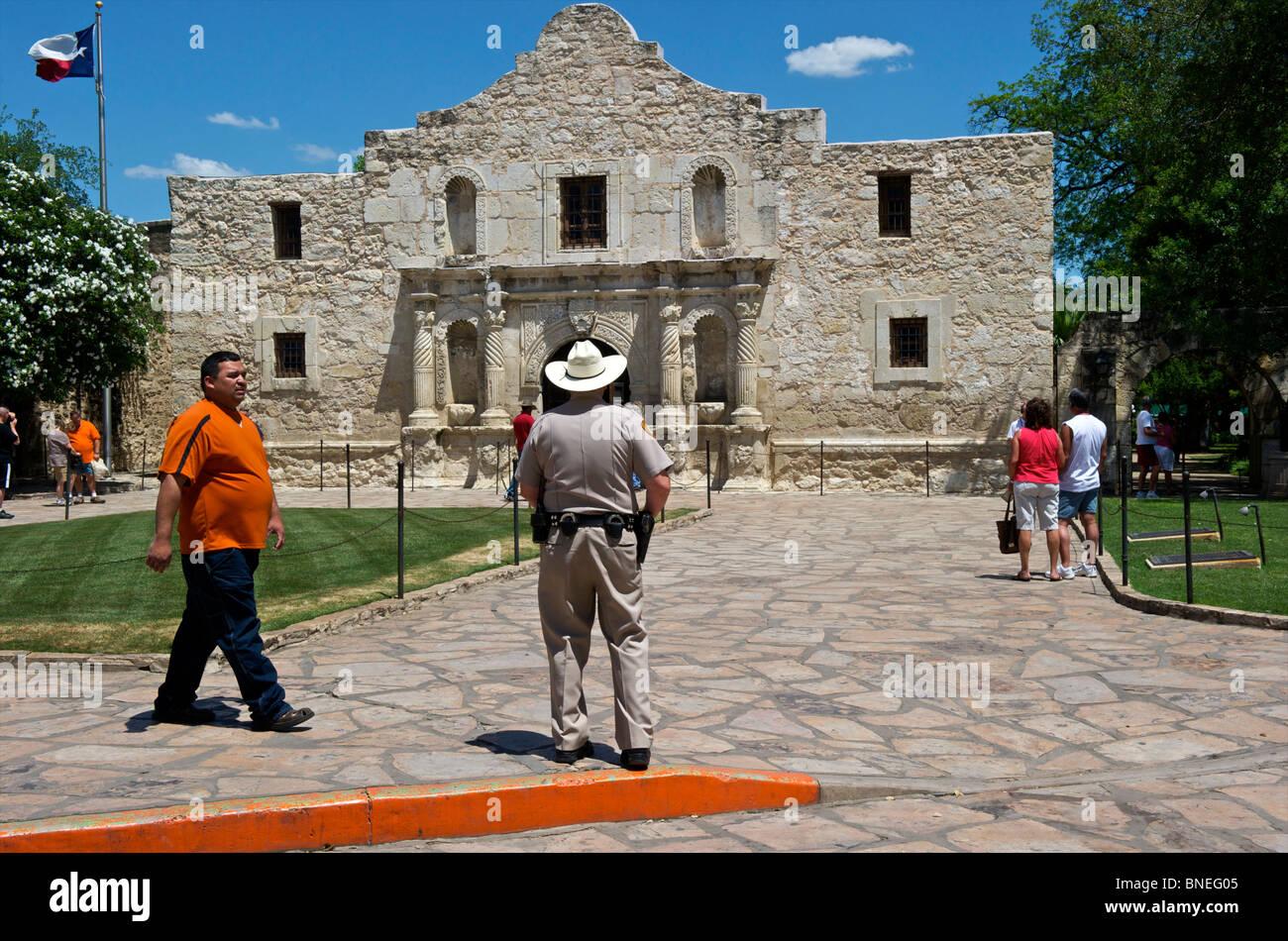 Agent de police ancienne garde Alamo symbole de l'indépendance du Texas au Texas San Antonio, États-Unis Banque D'Images