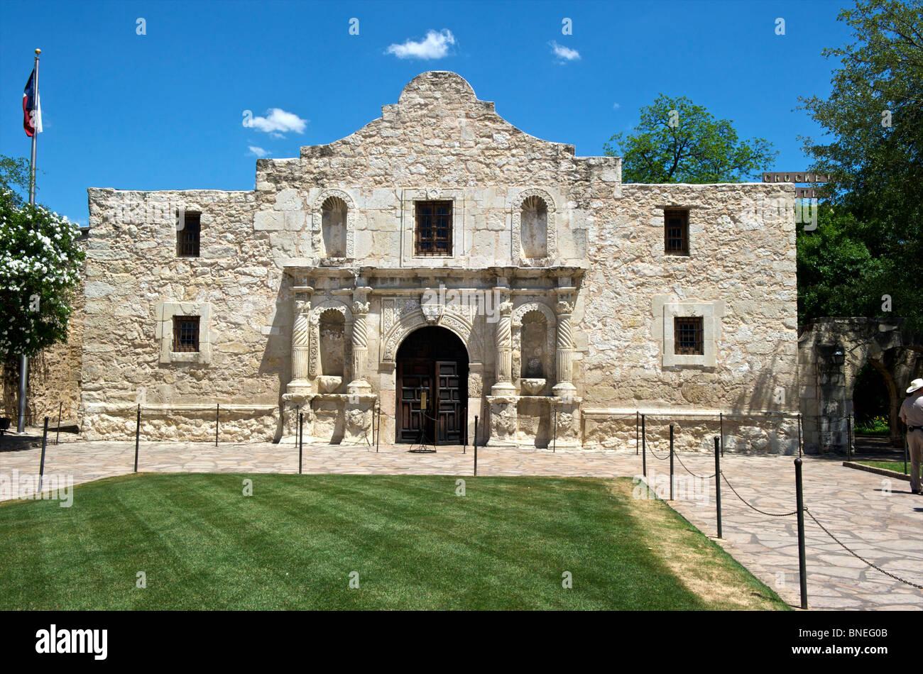 Vue de l'ancienne Mission Alamo symbole de l'indépendance du Texas à San Antonio, Texas, USA Banque D'Images