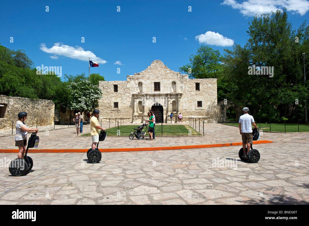 Les touristes et les touristes sur l'utilisation d'un Segway chez Alamo mission, symbole de l'indépendance du Texas San Antonio, Texas, USA Banque D'Images
