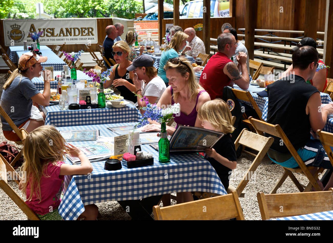 Auslander Restaurant Biergarten et Hill Country, Fredericksburg, au Texas, USA Banque D'Images