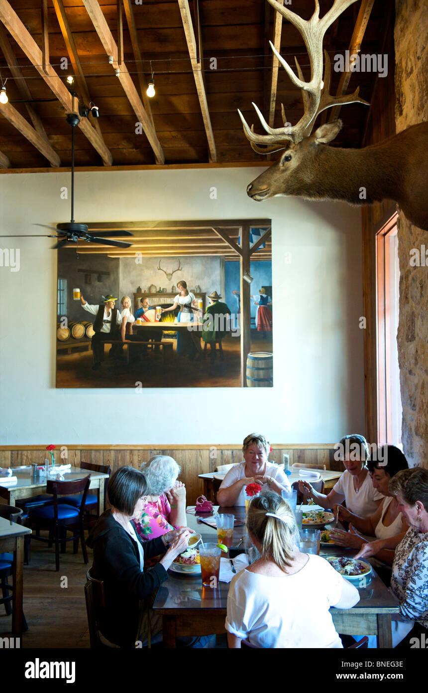 Groupe de femmes dans la soixantaine et dîner au restaurant Biergarten Auslander Hill Country, Fredericksburg, au Texas, USA Banque D'Images