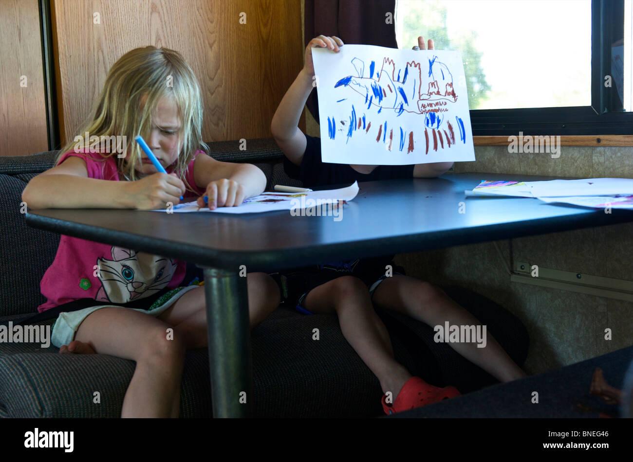 Frère et Sœur dessin dans un camping-car RV, Texas, U.S.A Banque D'Images
