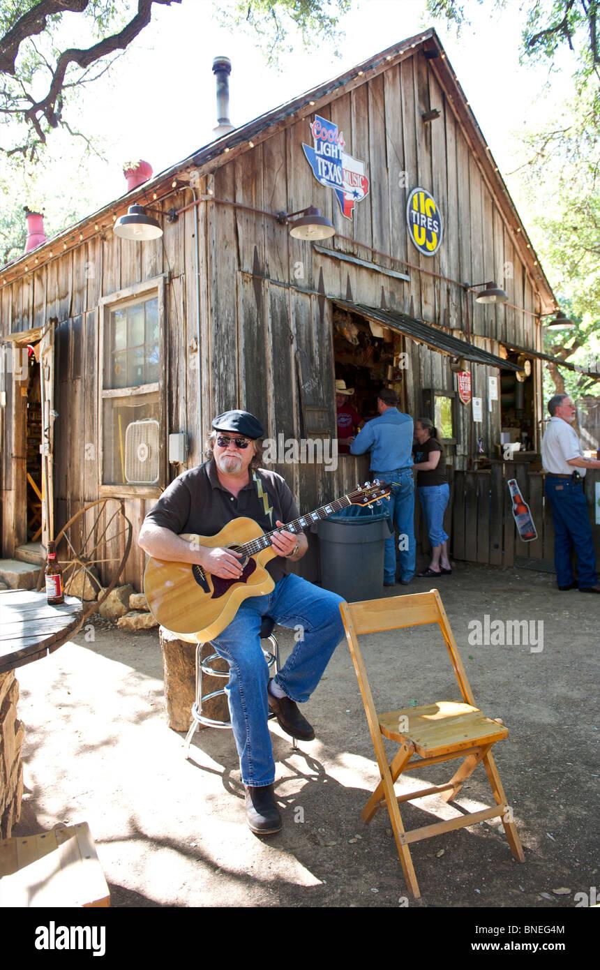 L'homme à la guitare qu'à l'extérieur de barre dans Luckenbach, Hill Country, Texas, États-Unis Banque D'Images