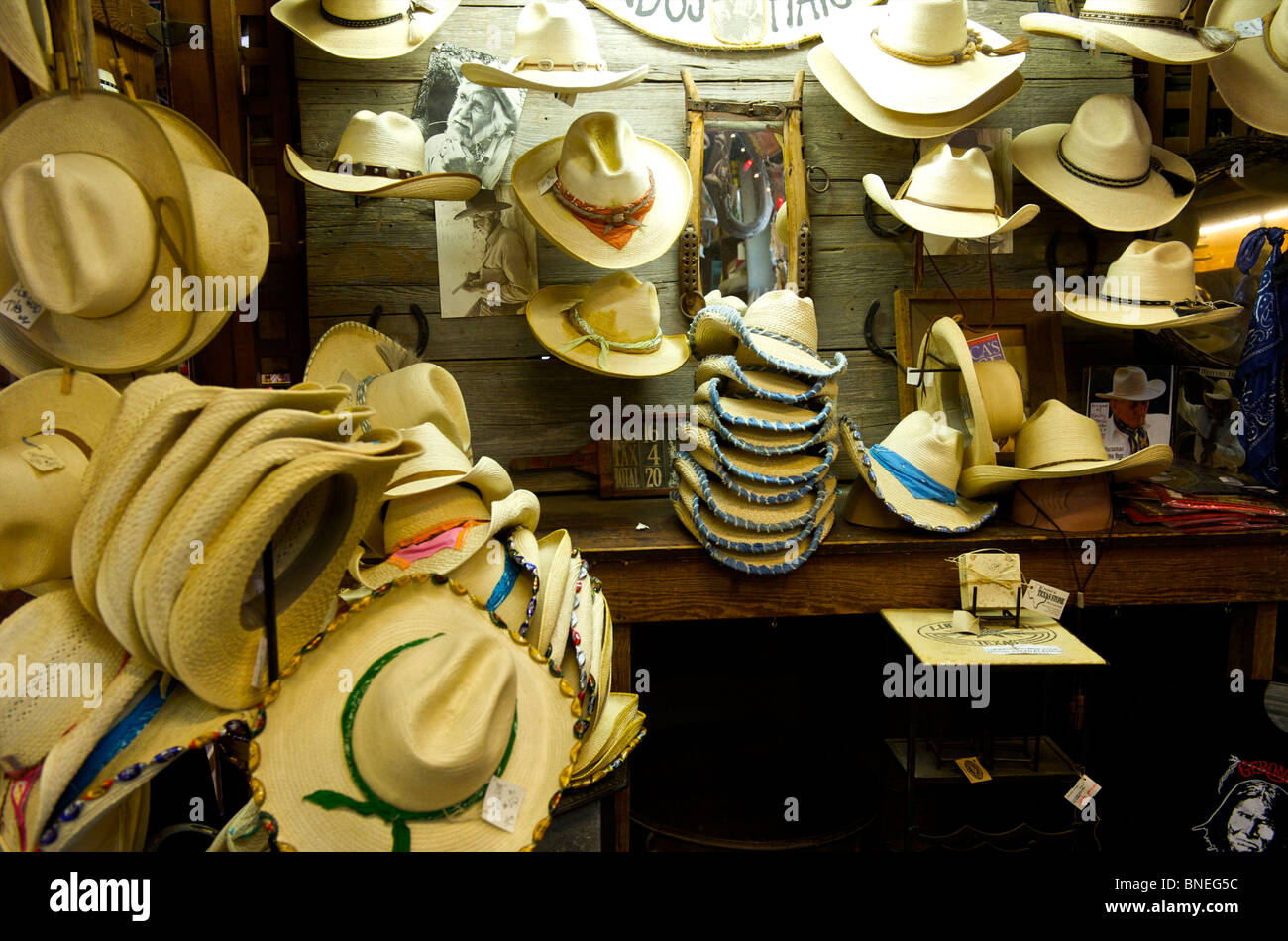Luckenbach boutique de souvenirs vendant des chapeaux de cow-boy Hill Country, Texas, États-Unis Banque D'Images