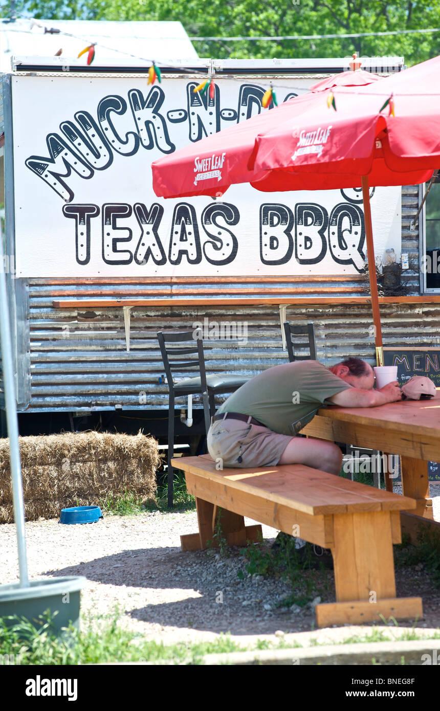 L'homme en face de couchage cafe remorque Texas, États-Unis Banque D'Images