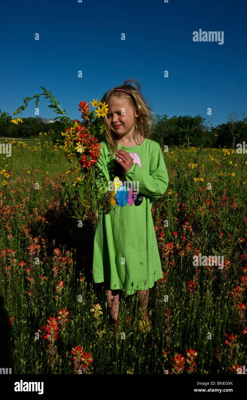 Fillette de six ans a le choix d'un bouquet de fleurs sauvages, Texas, États-Unis Banque D'Images