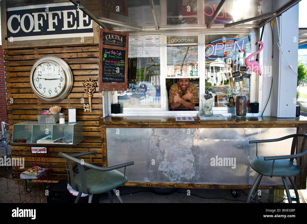 L'homme dans le quartier branché de remorque cafe pour le petit déjeuner, le café et le déjeuner Austin, Texas, États-Unis Banque D'Images