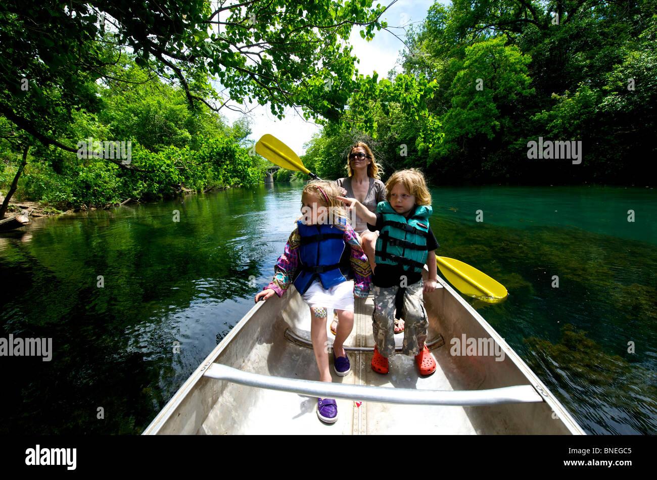 Famille a louer des canoë sur le fleuve Colorado à Austin, Texas, USA Parc Zilkar Banque D'Images