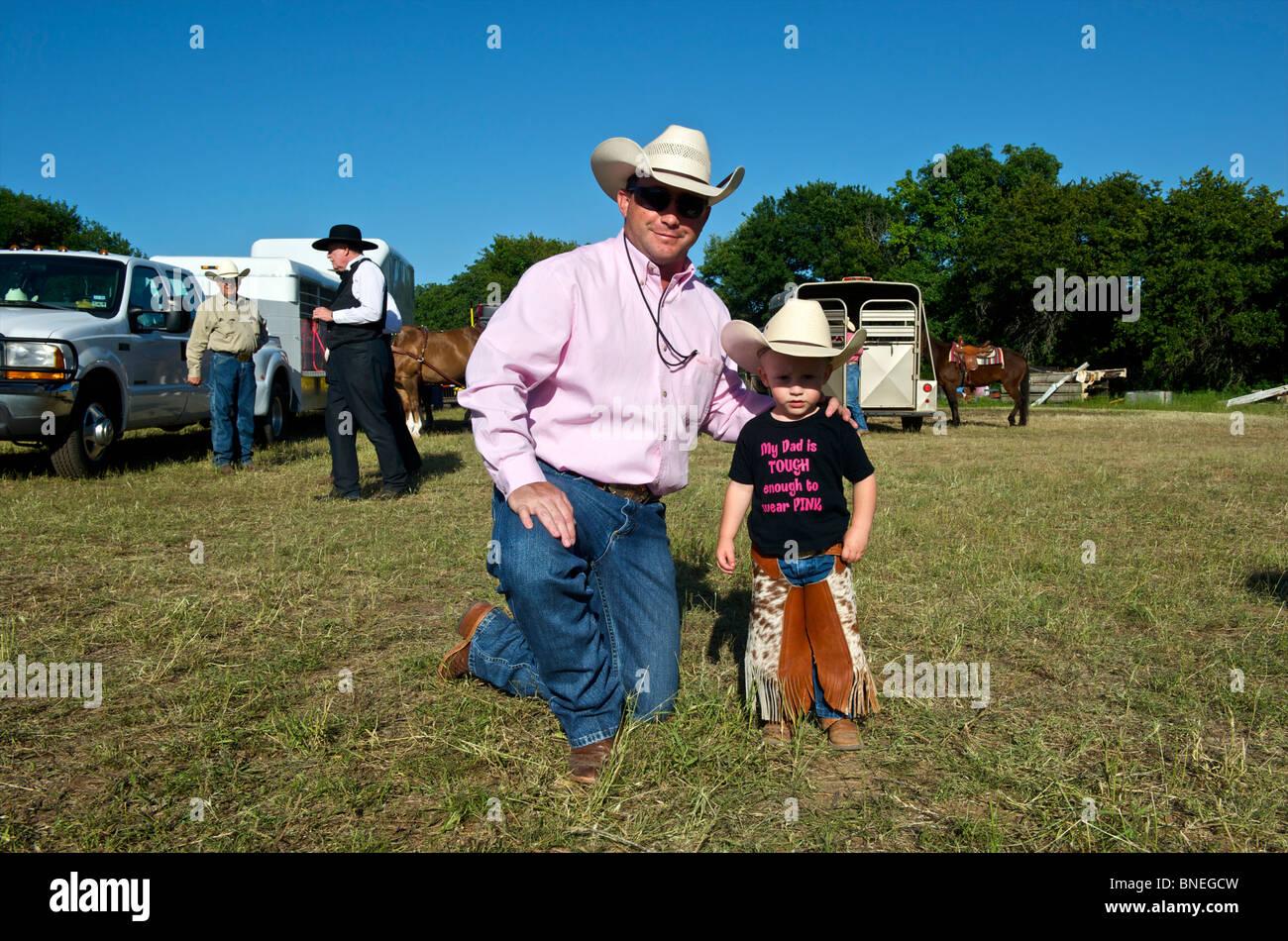 Père et Fils se faisant passer pour l'appareil photo à PRCA Rodeo, Small-Town Bridgeport, Connecticut, en Amérique du Nord. USA Banque D'Images