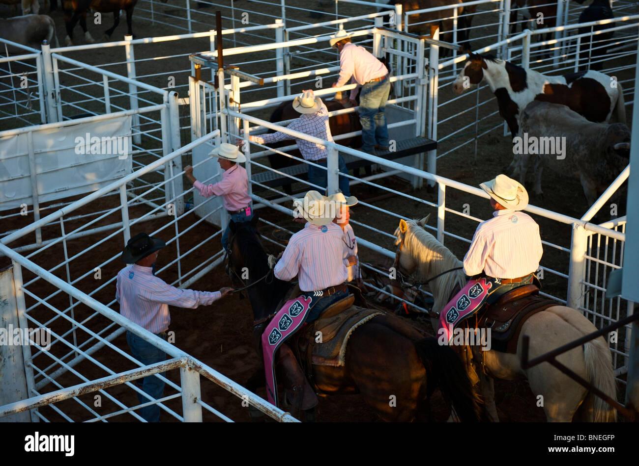 Les membres de l'érythroblastopénie Rodeo Cowboys backstage rodeo pour préparer à l'événement Petite-ville à Bridgeport, Connecticut, USA Banque D'Images