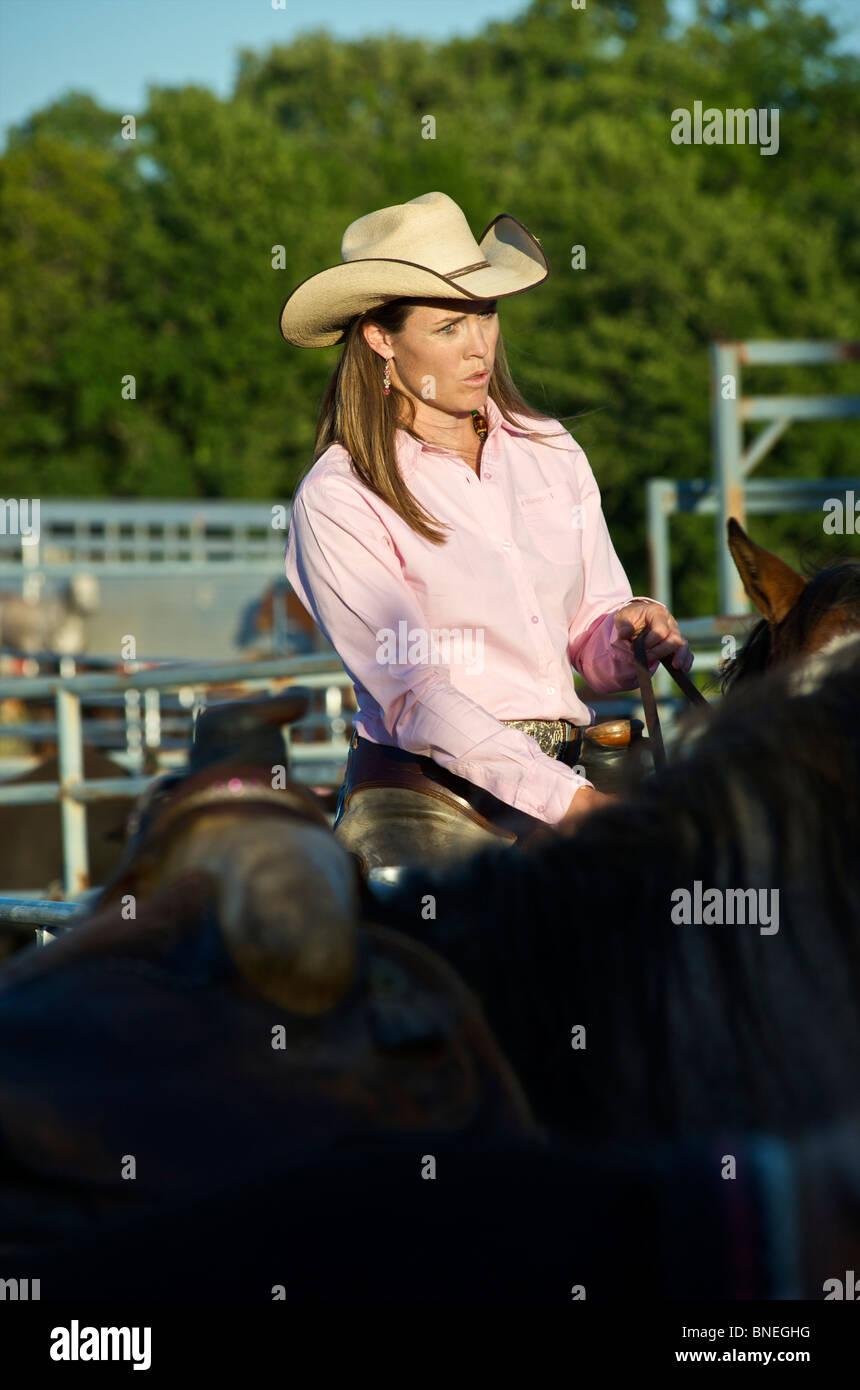Cowgirl cheval fatigué après PRCA Rodeo cas de Bridgeport, Connecticut, USA Banque D'Images