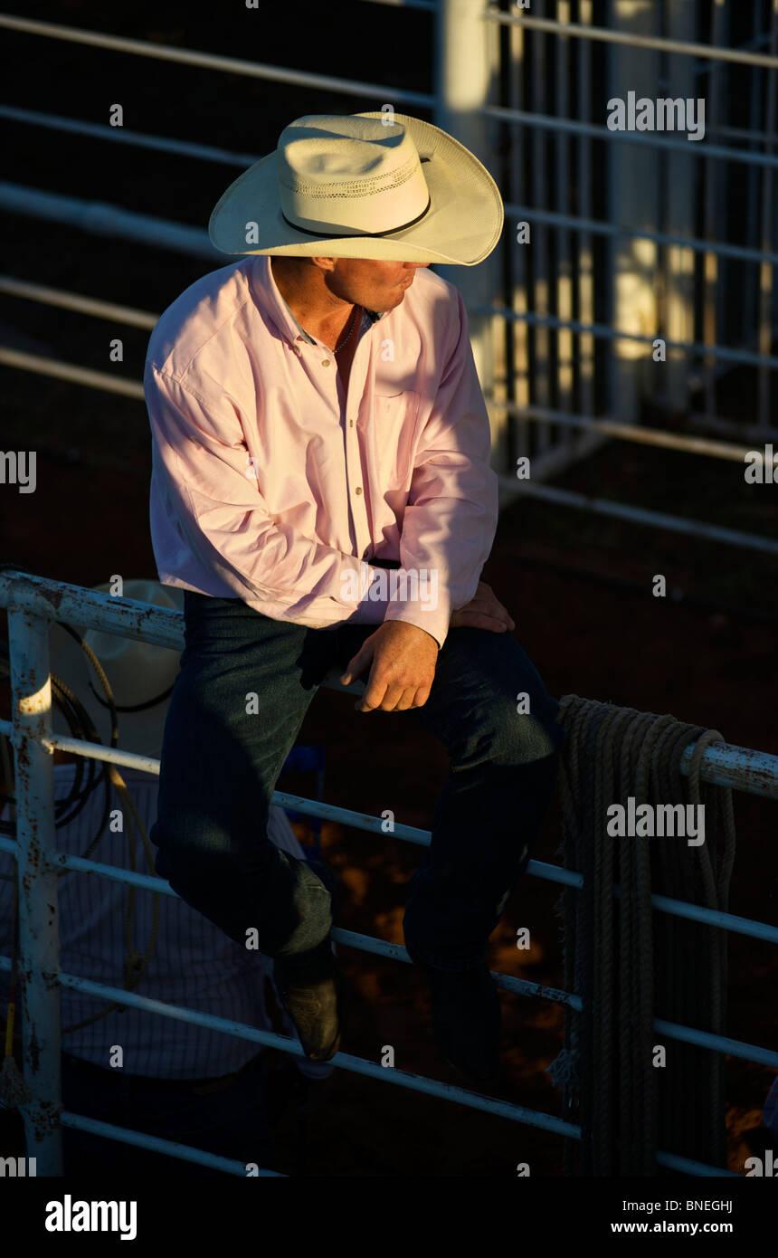 Cowboy assis sur balustrade et relaxant à la PRCA Rodeo cas de Bridgeport, Connecticut, USA Banque D'Images