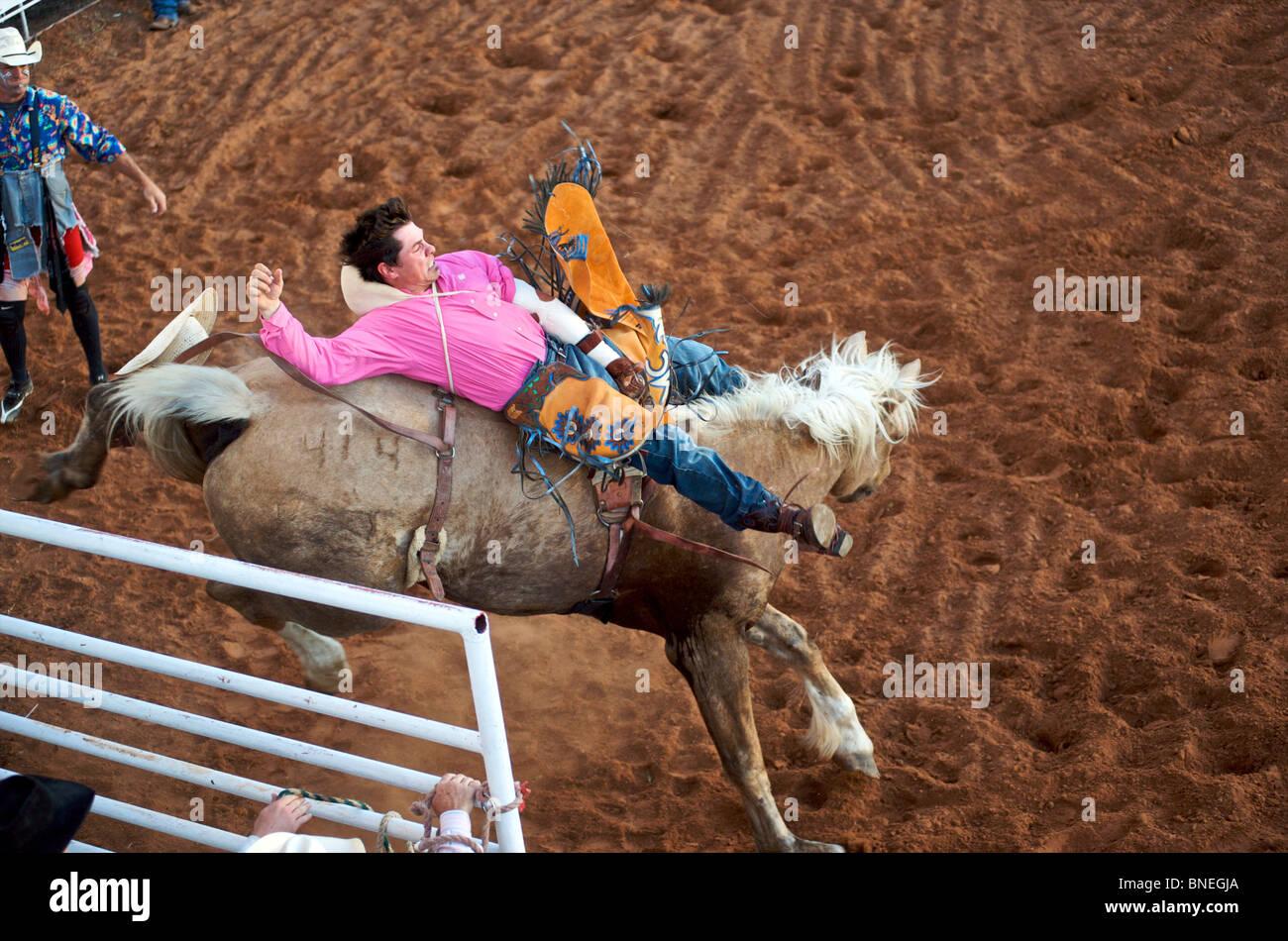 L'essayant de jeter Rodeo Cowboy membre de l'érythroblastopénie à partir de son retour à Petite-ville Bridgeport, Connecticut Banque D'Images