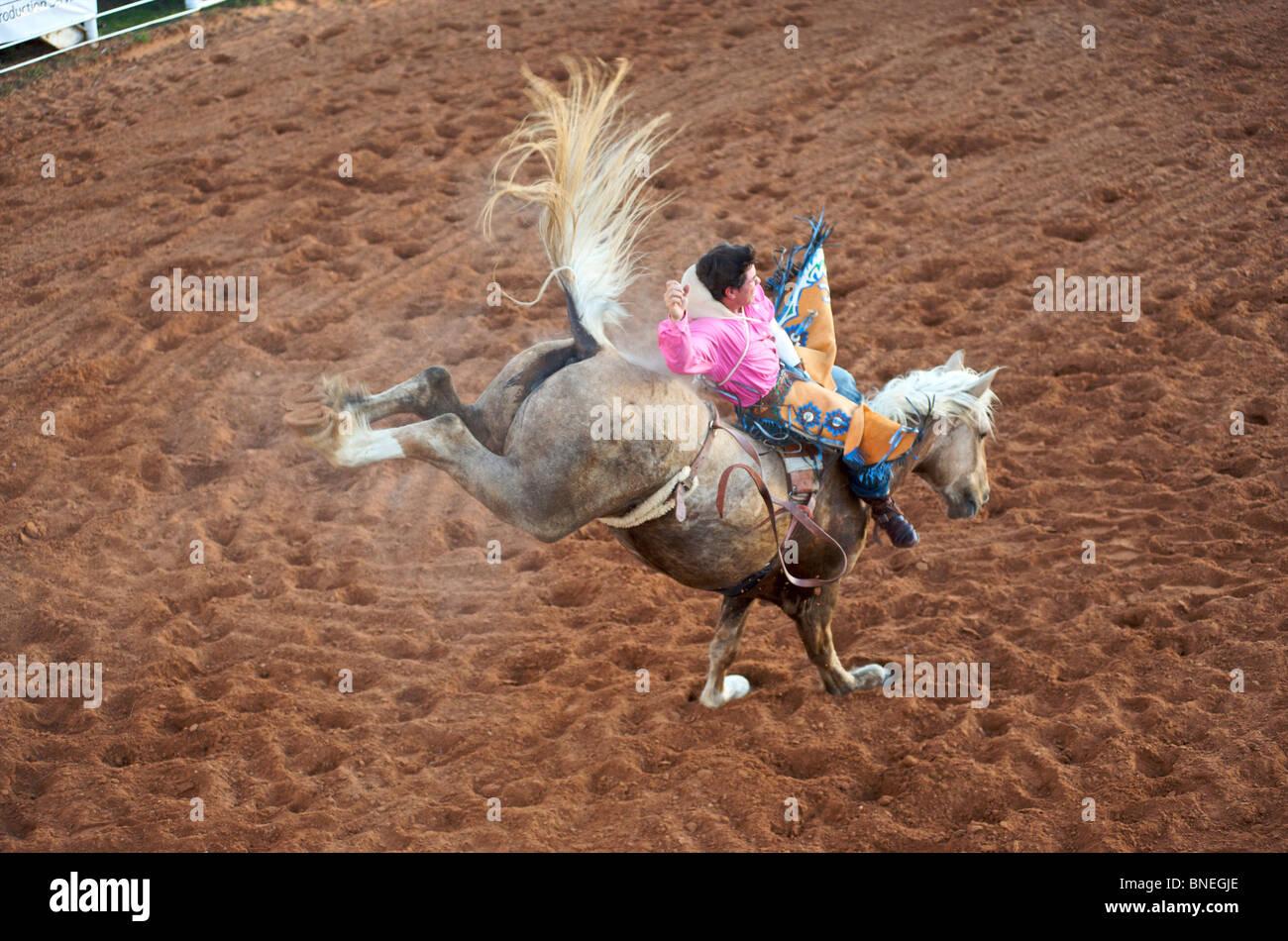 L'essayant de jeter Rodeo Cowboy membre de l'érythroblastopénie à partir de son retour à Petite-ville Texas Bridgeport Banque D'Images