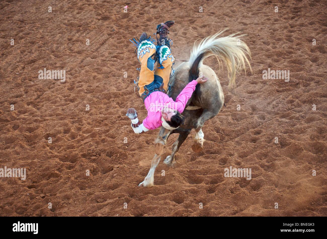 Rodeo Cowboy membre de l'érythroblastopénie est tomber du dos de cheval dans Petite-ville Bridgeport, Texas, États-Unis Banque D'Images