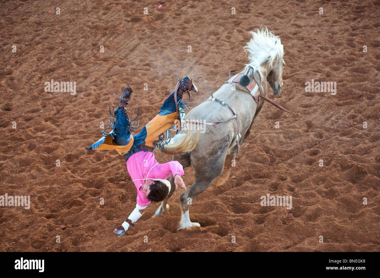 Rodeo Cowboy membre de l'érythroblastopénie tomber à partir du dos de cheval dans Petite-ville Bridgeport, Texas, États-Unis Banque D'Images
