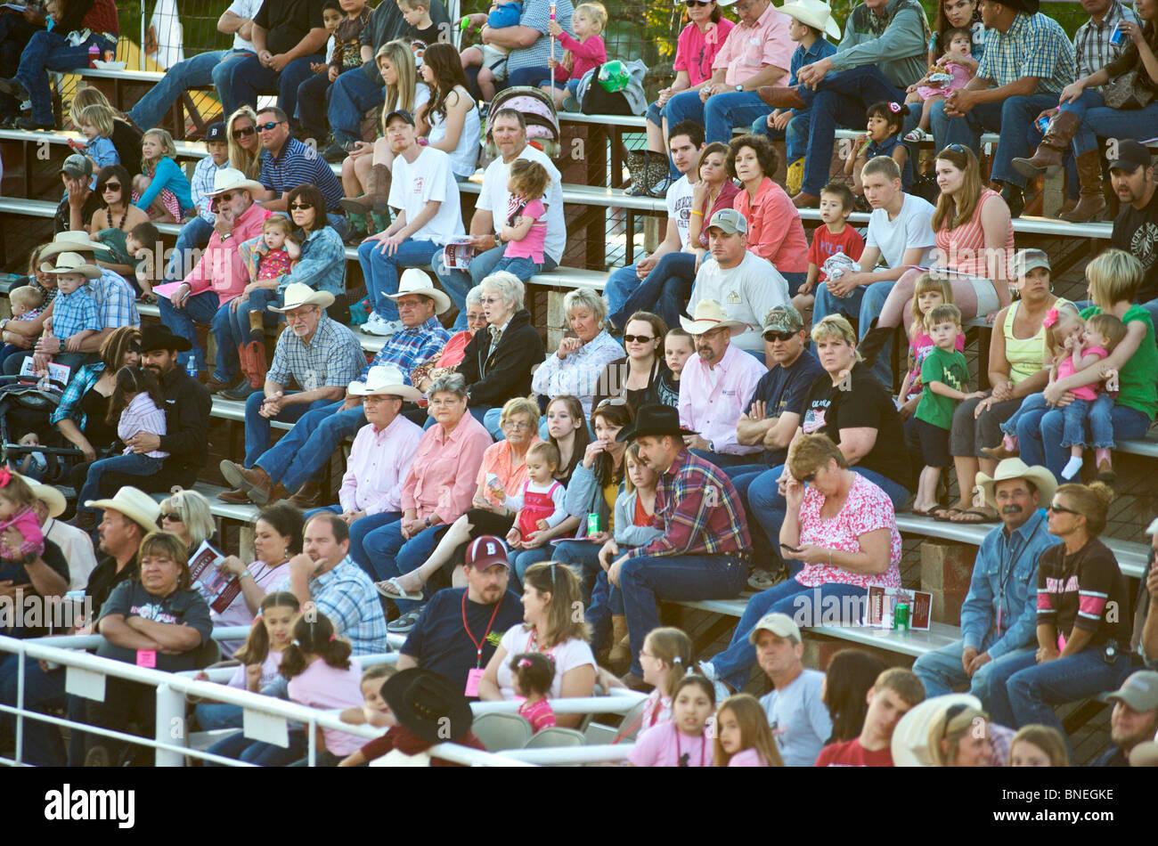 Rodeo fans réunis pour appuyer et regarder des événements survenus dans le Texas, USA Banque D'Images