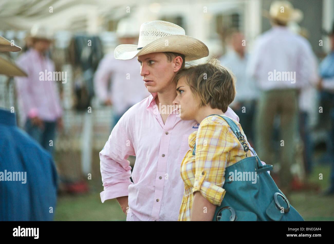 Cowboy avec son épouse à l'érythroblastopénie backstage rodeo cas de Bridgeport, Connecticut, USA Banque D'Images