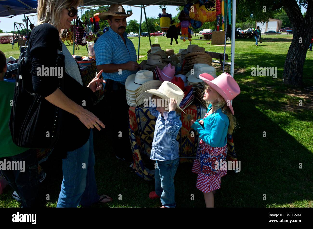 L'achat de chapeaux de cow-boy dans une petite ville juste, Texas, États-Unis Banque D'Images