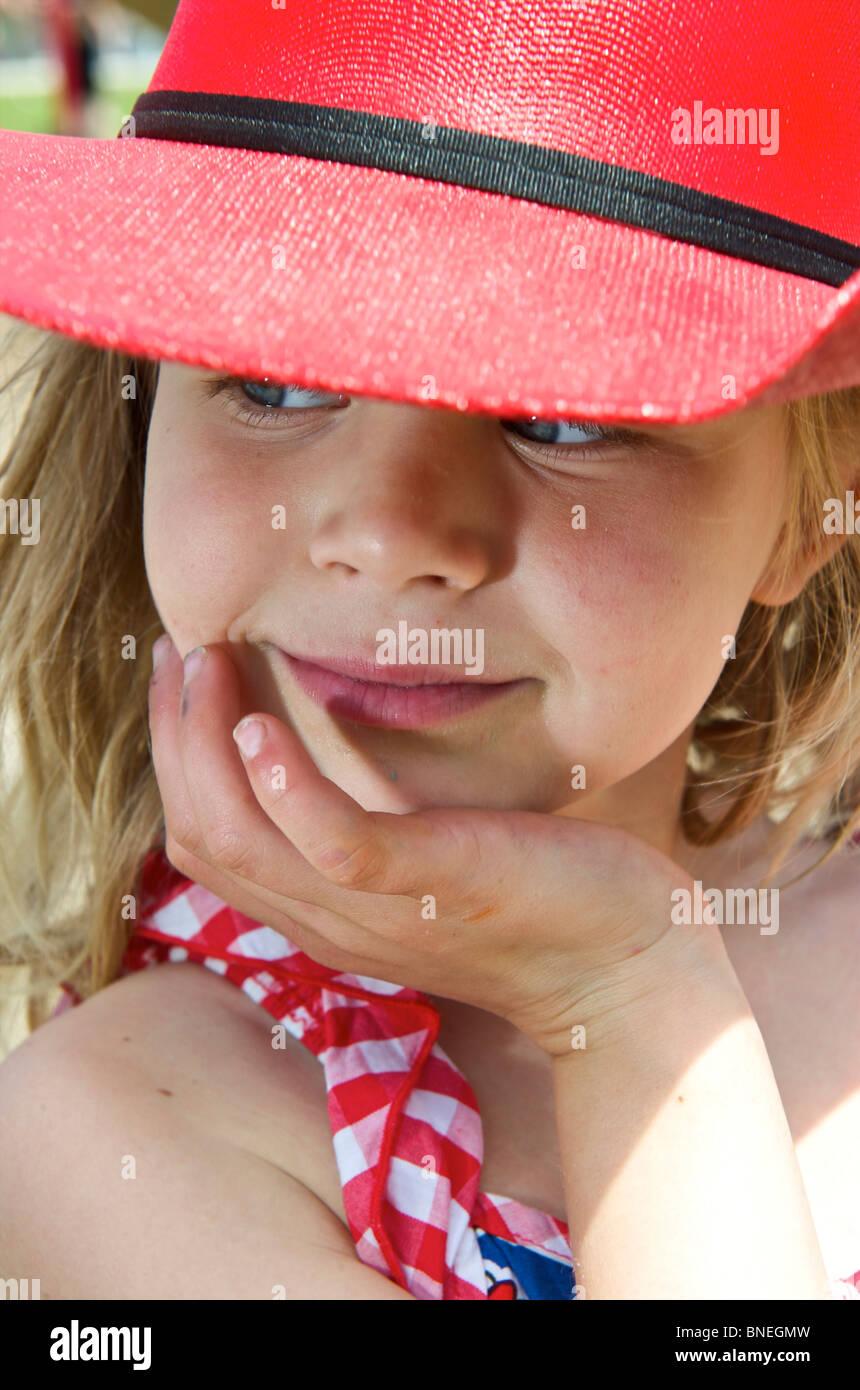 Fillette de six ans posant avec un chapeau de cow-boy, en Amérique du Nord, Texas, USA Banque D'Images