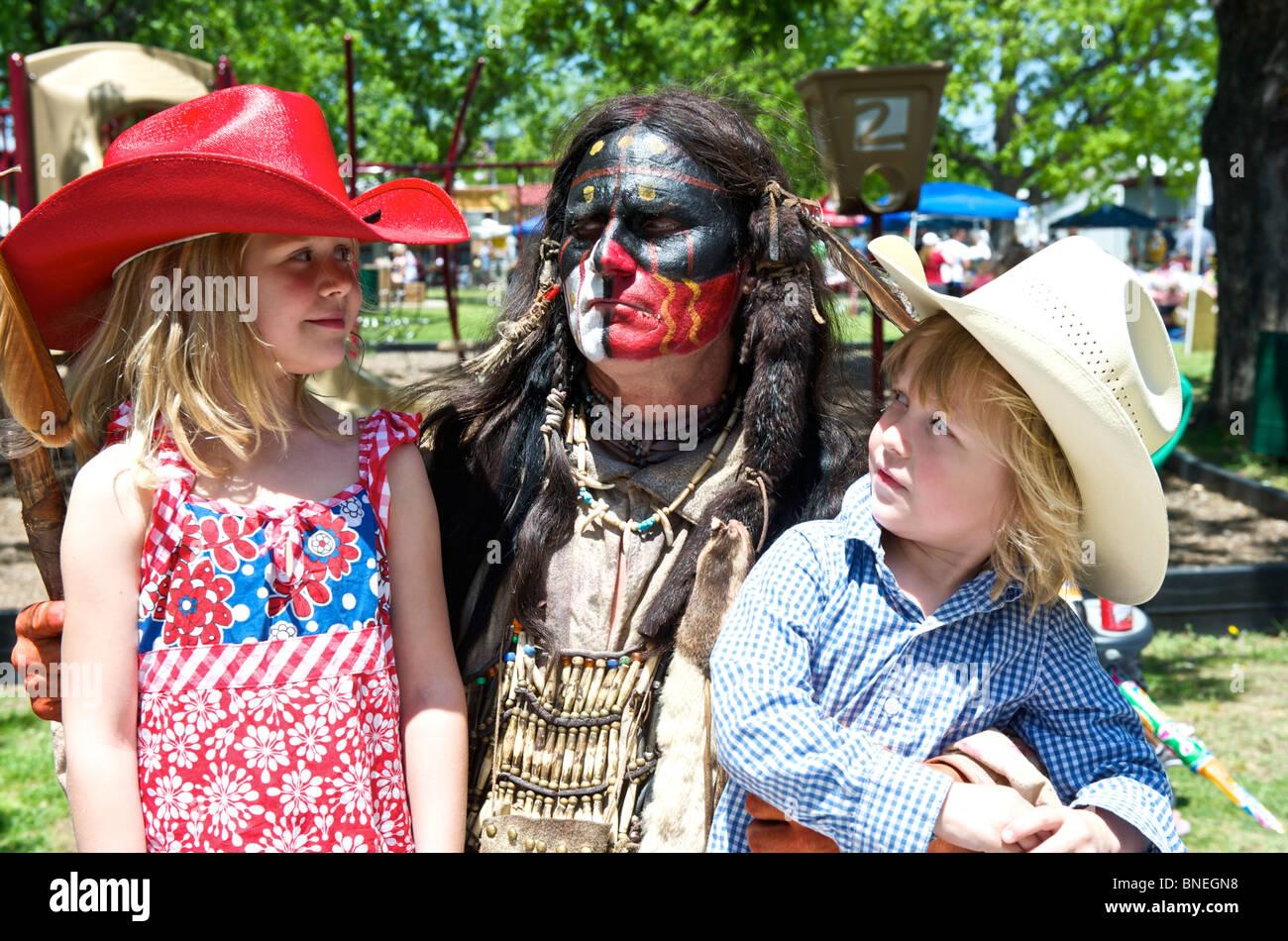 Native American acteur avec deux enfants à la petite ville juste Bridgeport, Texas, États-Unis Banque D'Images