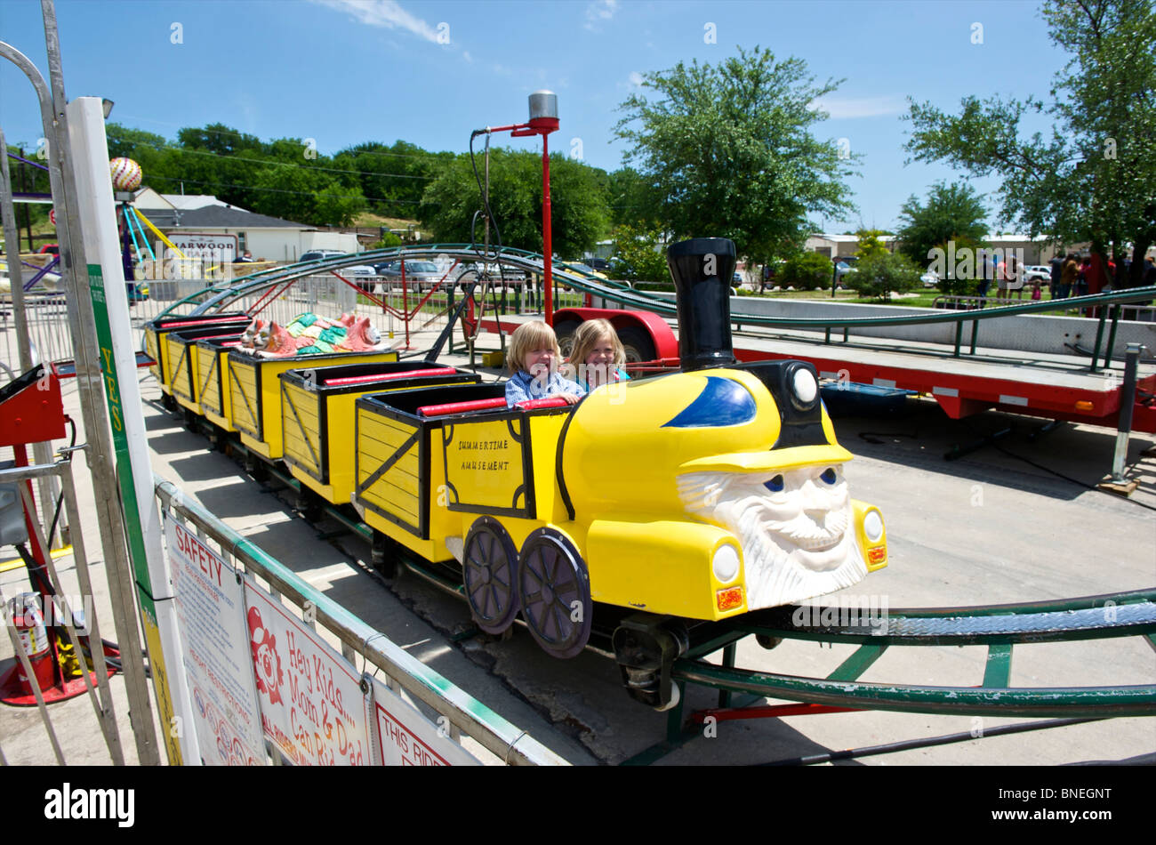 Les enfants s'amusant dans une petite ville de fête foraine dans le Texas, USA Banque D'Images