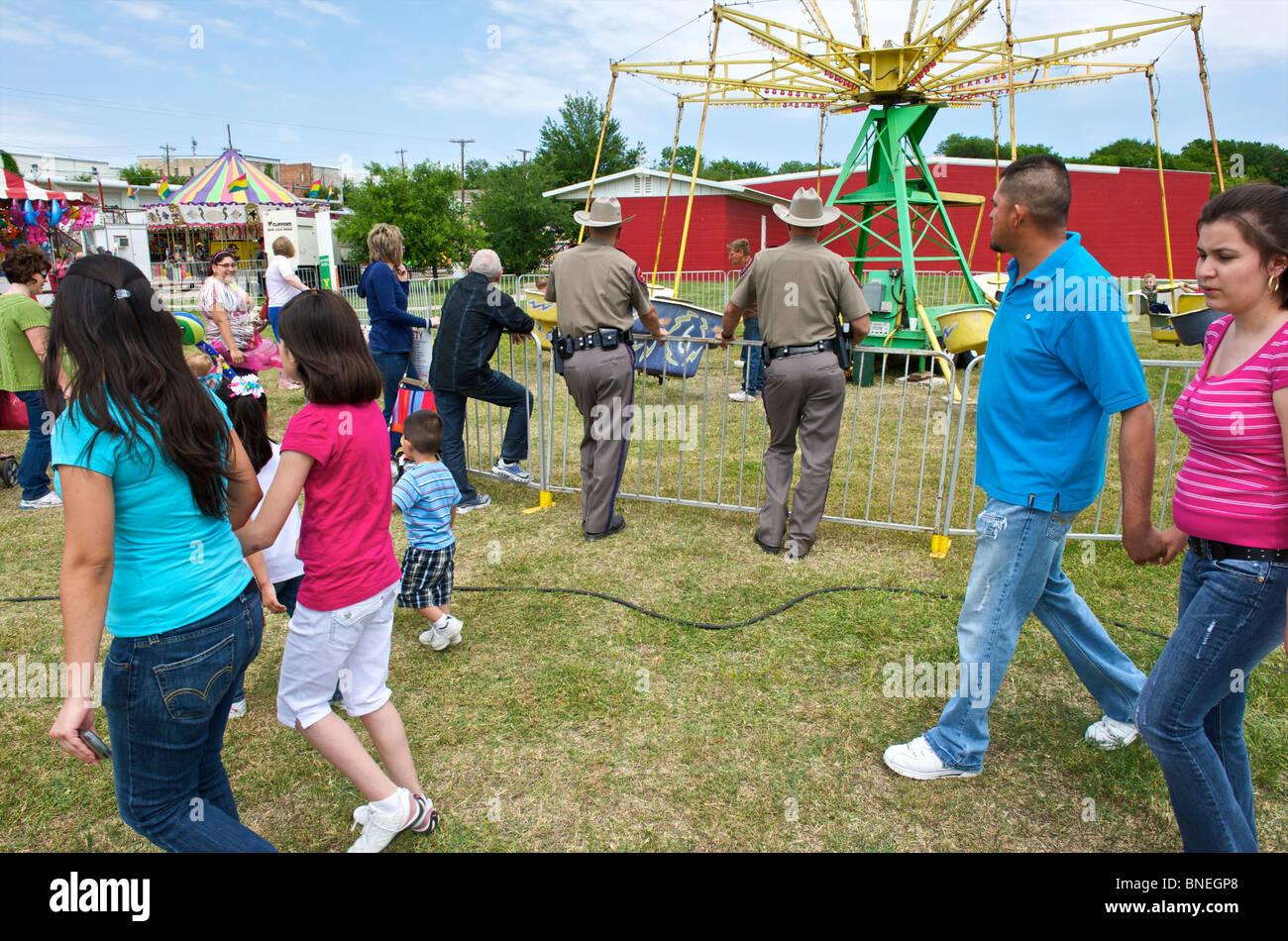 Les agents de police en service à la fête foraine dans le Texas, USA Banque D'Images