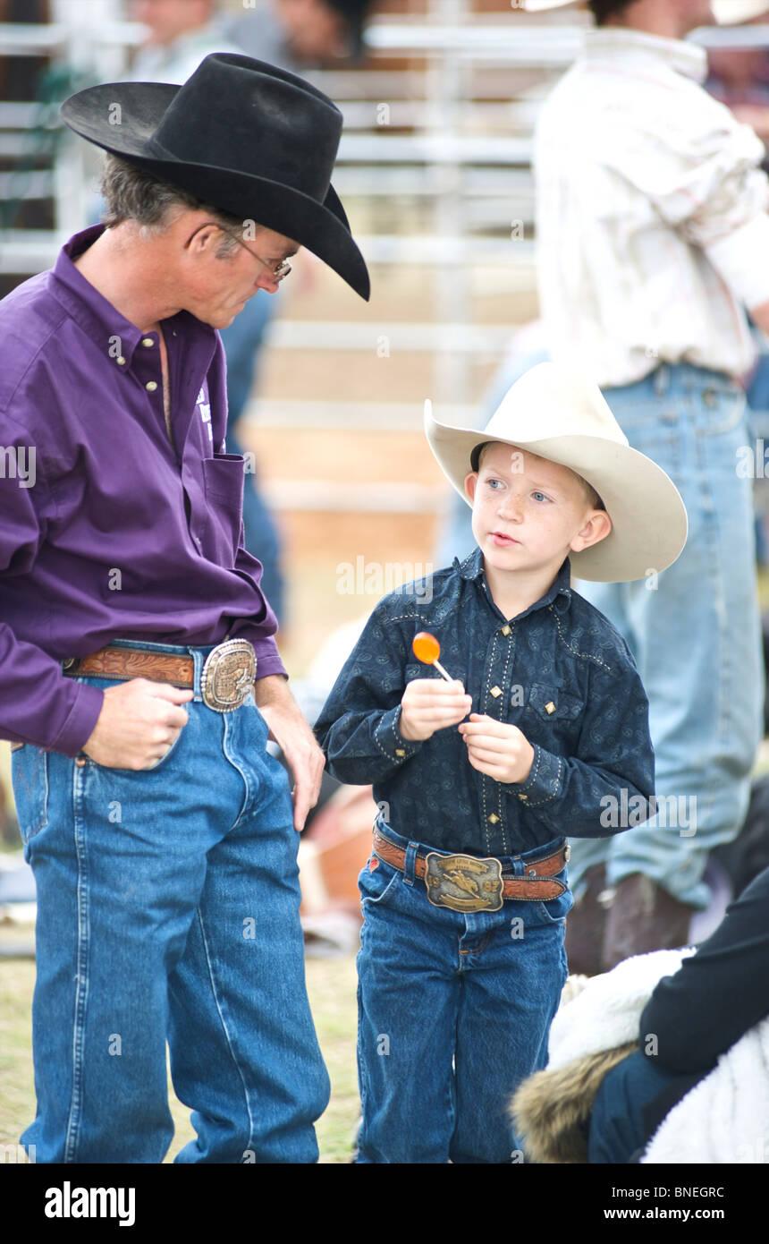 Père et fils la visite d'une petite ville de PRCA Rodeo Bridgeport, Texas, États-Unis Banque D'Images
