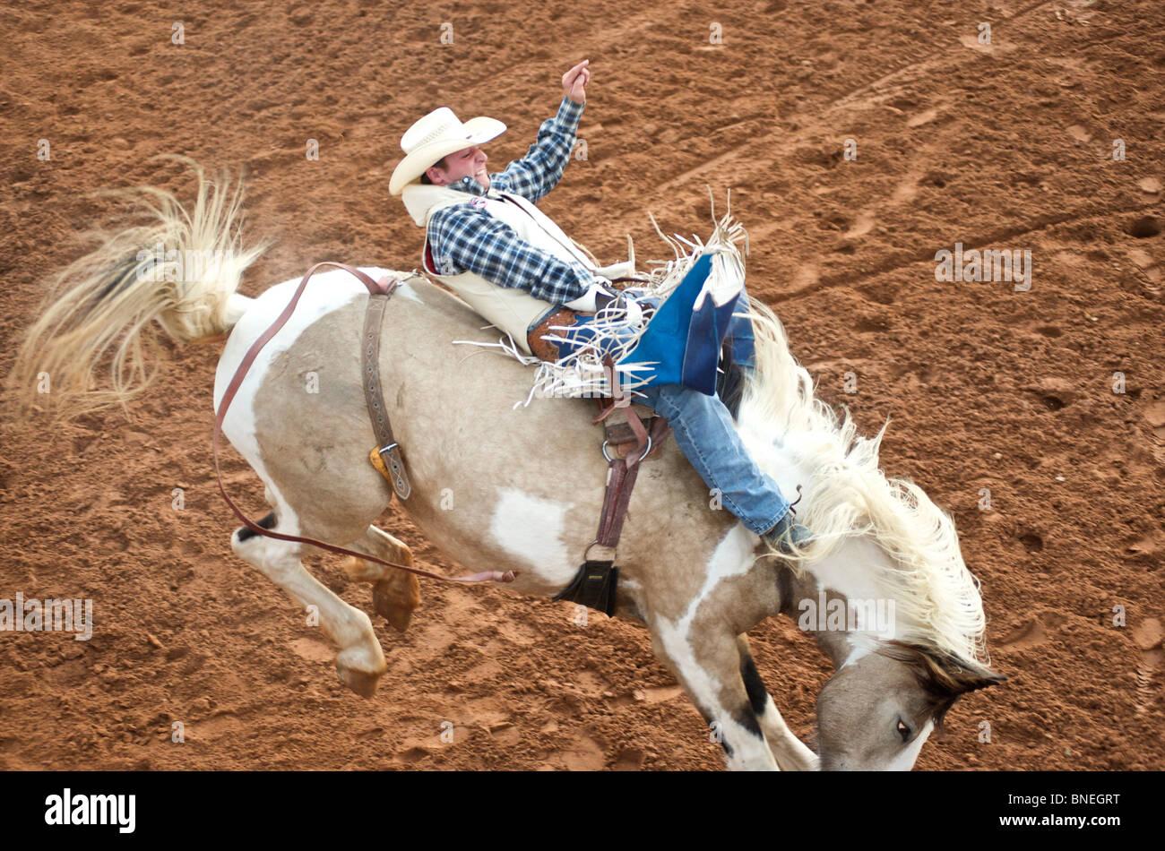 Rodeo Cowboy de l'érythroblastopénie membre lui-même d'équilibrage sur l'Smalltown Texas Bridgeport, États-Unis Banque D'Images