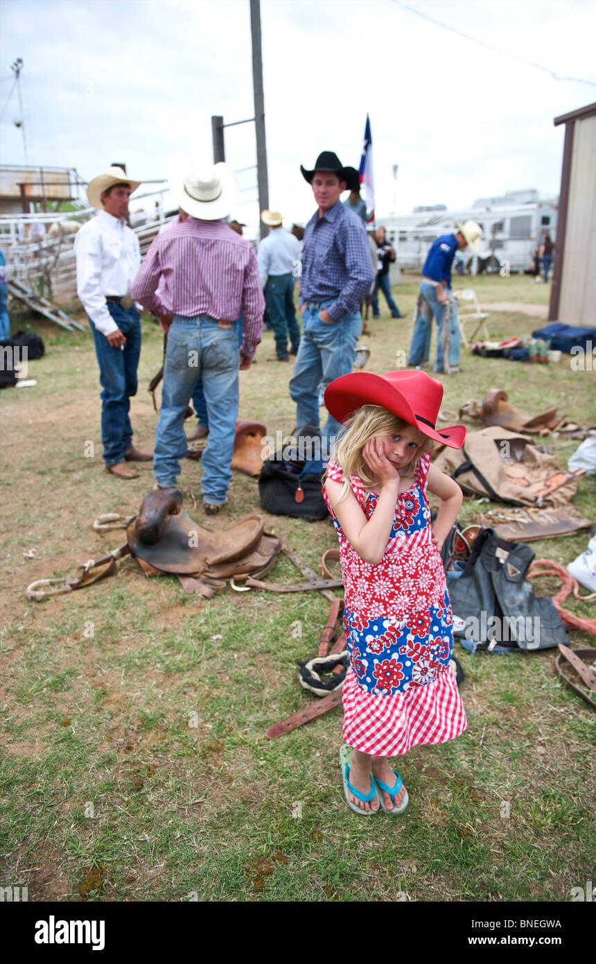 Six jeunes qui se présentent comme des cowboys cowgirl année de PRCA Rodeo debout dans les coulisses de Petite-ville, Bridgeport, États-Unis Banque D'Images